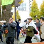 デモ行進の先導者 永山英樹、三輪和雄