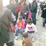 子供たちを連れて参加したお母さんたち。ピクニックモードだ。