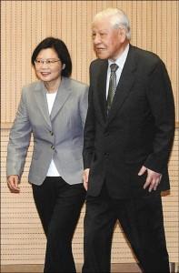 前總統李登輝(右)民進黨主席蔡英文(左) 自由時報5月1日より