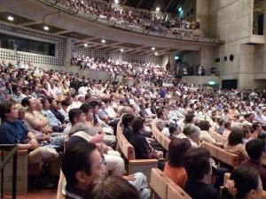立見席で人があふれる名護市民会館大ホール