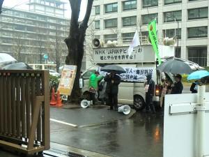 公判に先立ち地裁前で、NHKによる捏造報道を説明するチャンネル桜の水島社長