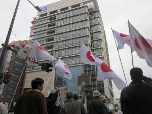 新築された沖縄タイムスビル前で抗議する市民