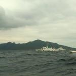 魚釣島と海上警備艇。上陸しないように電光掲示板で警告を発する。