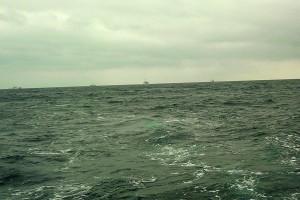 日本の漁船を追尾する中国の公船