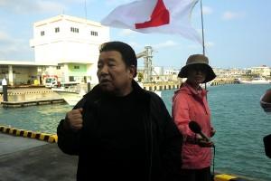 水島幹事長が帰港した人たちに、船上では知り得なかった中国の動きやメディア報道などを説明した。
