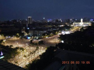 台湾総統腑にかけた大規模な抗議デモ