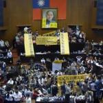 18日夜、市民団体が立法院議場を占拠