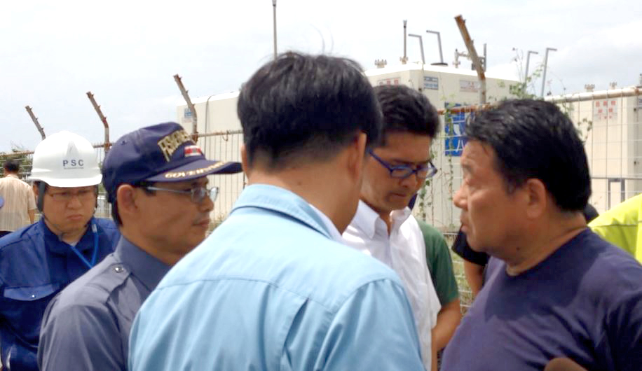 水島幹事長からの激しい追及にも、終始黙秘を貫いた水産庁職員・藤田氏。(近隣住民提供)