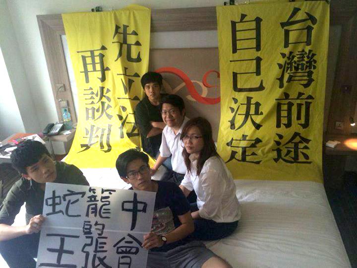 ホテル側と警察による「監禁」