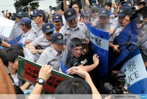 【台湾】中国高官の訪台に抗議する市民を排除
