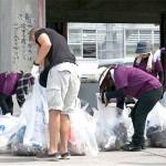 毎年恒例の海岸清掃作業に参加する在日米海兵隊員たち
