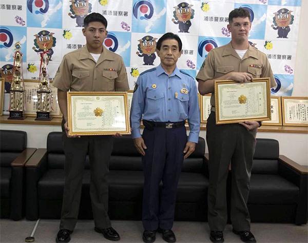 沖縄男性の命を救ったバーナム上等兵(写真右)とローサス伍長(写真左)